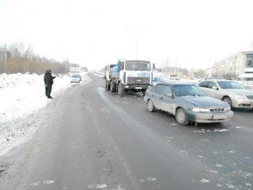 На тюменской объездной дороге столкнулись два МАЗа и Дэу Нексия. Виновник ДТП скрылся с места аварии