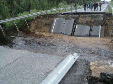 На трассе Тюмень-Ханты-Мансийск образовалась 30 метровая промоина, глубиной около 7 метров