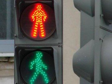 Режим работы светофора на перекрестке улиц Широтной и Моторостроителей изменен, ещё 4 светофора отключат завтра